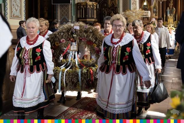 Dożynki Wojewódzkie 2021 w tym roku obchodzono w Dąbrowie Białostockiej. Po ulicach miasta przeszedł dożynkowy orszak, były też konkursy na najpiękniejsze wieńce, nabożeństwa w kościele i cerkwi a także występy zespołów ludowych.