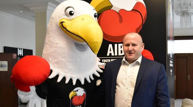 Prezes Polskiego Związku Bokserskiego Grzegorz Nowaczek i Boxie oficjalna maskotka Młodzieżowych Mistrzostw Świata w boksie Kielce 2021.