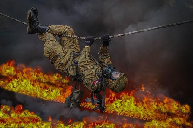 - Choć Konwencja genewska w pewnym zakresie zabrania stosowania broni zapalającej (wśród której najbardziej znany to napalm) i nie może być używana przeciw ludności oraz obiektom cywilnym to stosujemy zasadę ograniczonego zaufania do potencjalnego przeciwnika. Środki te mogą być źródłem pożarów, powodować zniszczenia infrastruktury, uszkodzenia sprzętu bojowego. Dodatkowo biorąc pod uwagę, że mogą powodować porażenie ludzi oraz oddziaływać na ich psychikę, wywołując u niektórych strach i panikę – żołnierze cyklicznie szkolą się z ochrony przed środkami zapalającymi - wyjaśnia cel ćwiczeń porucznik Justyna Kwiatkowska, oficer prasowy 1BLog.