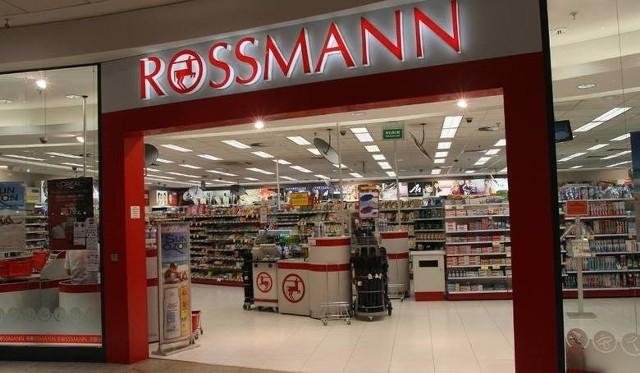 Promocje w Rossmannie na sierpień 2020. Wyprzedaż kosmetyków, produktów do włosów, płynów do prania i artykułów szkolnych