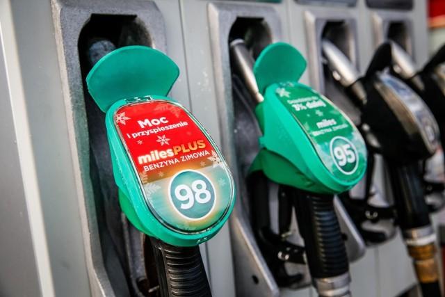 Ceny paliw na stacjach benzynowych w Bydgoszczy. Zobaczcie, gdzie można zatankować taniej, a gdzie paliwo jest droższe. Ceny paliw w środę 5 maja 2021 roku.