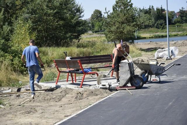 Ścieżka wokół zalewu Zadębie od pewnego czasu znajduje się w przebudowie. Prace mają być ukończone do końca lipca. Obeszliśmy cały zalew dookoła, aby pokazać w fotografii stan zaawansowania prac.
