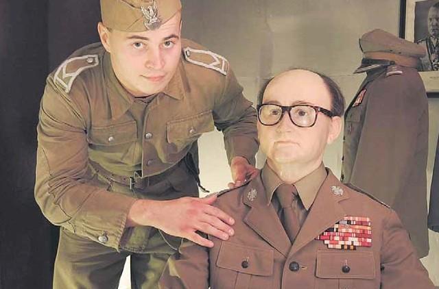 Postać generała Wojciecha Jaruzelskiego do złudzenia przypomina żywego człowieka. Można go oglądać w salonce Podziemnego Miasta na wyspie Wolin w Świnoujściu.
