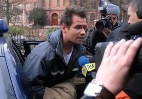 Cezary Atamańczuk przed przesłuchaniem przez prokuratora.