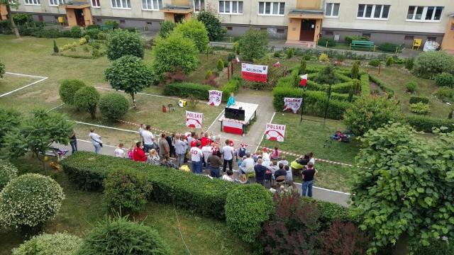 Taką strefę kibica zorganizowali sobie mieszkańcy szczecińskiego osiedla.