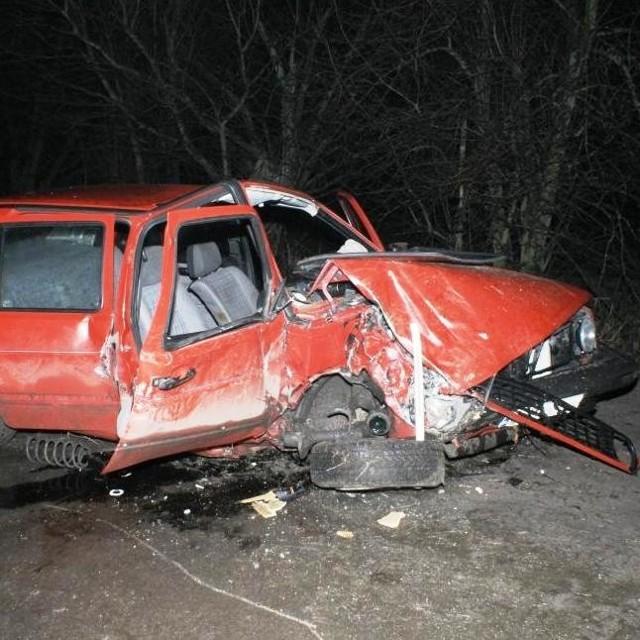 Golf uderzył w drzewo prawą stroną. Siedzący tam pasażer nie przeżył.