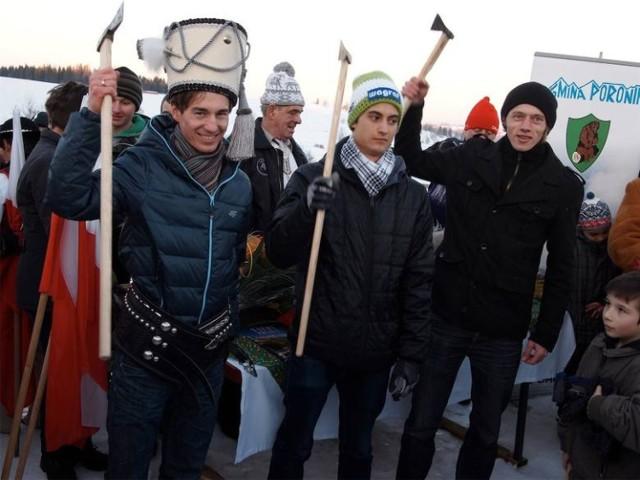Tak górale z Zębu witali Kamila Stocha (w czapce harnasia) i innych skoczków w 2014 roku, gdy wrócili z Soczi