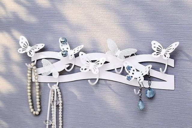 Dekoracyjny wieszak na biżuterięDekoracyjne motyle mogą służyć jako uchwyty na ulubione kolczyki.