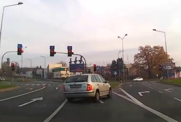 Na filmie widać jak kierowca łamie przepisy.