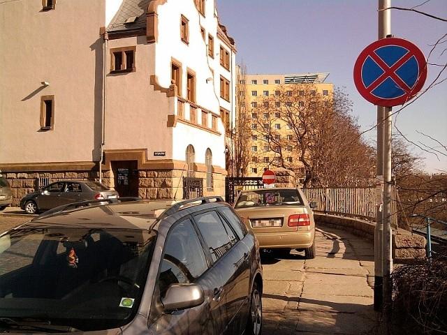 Nieprawidłowe parkowanie jest zmorą szczecińskich służb mundurowych. – Właśnie przez takich ludzi rozpadająnam się chodniki – twierdzi Adam Cerkowniak.