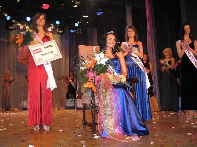 Magdalena Dragan ( w środku) została nową Miss Mielca i Miss Internetu. II Wicemiss Róża Szczebiwilk (z prawej), I Wicemiss i Miss Czytelników Ewelina Wiśniewska (z lewej).