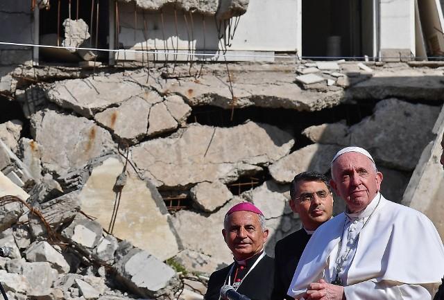 Papież na tle ruin kościoła Niepokalanego Poczęcia Najświętszej Marii Panny w Mosulu