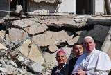 Pielgrzymka papieża Franciszka do Iraku. Modlitwa w Mosulu za ofiary wojny na tle ruin