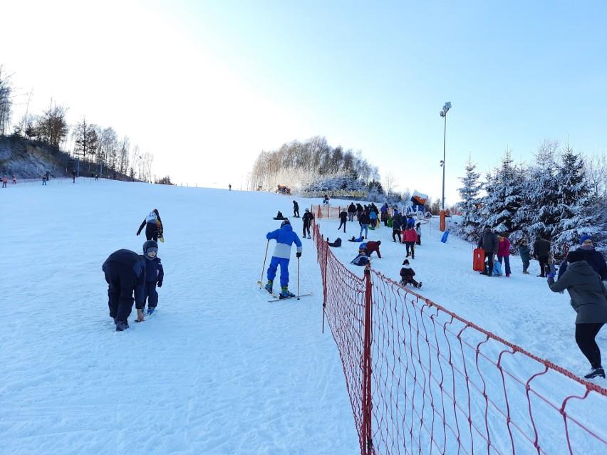 Stok narciarski w Bałtowie otwarty na jeden dzień! Są wielkie tłumy. W niedzielę, 27 grudnia jazda aż do północy