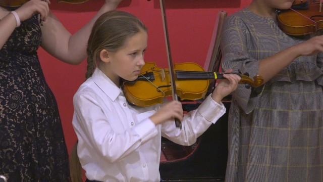 12 uczniów Szkoły Muzycznej I stopnia Res Facta Musica w ubiegłą sobotę zagrało kolędy oraz utwory znanych kompozytorów.