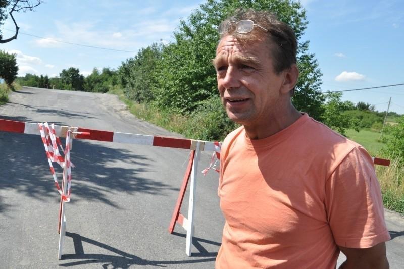 - Dzieci jeżdżą z Góry do szkoły w Graczach objazdem - mówi Jacek Walas, sołtys Graczy, widoczny na tle zawalonej w lipcu drogi.