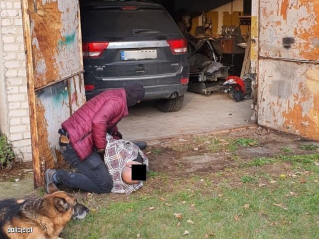 Na gorącym uczynku wpadli 3 mężczyźni z Warszawy i jeden mieszkaniec Białegostoku. CBŚP ujawniło na posesji skradzione auta i mnóstwo części samochodowych.
