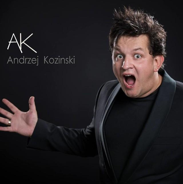 """W pierwszy piątek września Andrzej Koziński promuje swój najnowszy teledysk """"Dziwoląg"""". Zdjęcia do teledysku powstały w Warszawie. występują także DJ Sequens. Premiera na kanale Vanila Records oraz Disco Polo w piątek o godz. 18."""