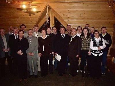 63cebad8 Zakończenie sezonu 2010. W środku stoi burmistrz Mszany Dolnej Tadeusz  Filipiak. Obok niego grupa