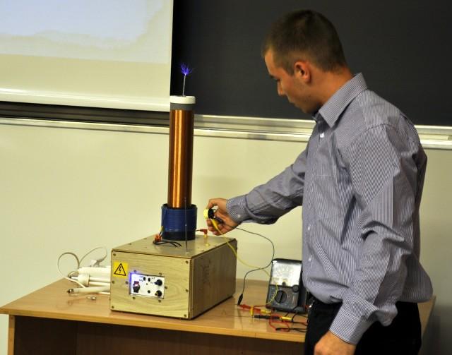 Patryk Sikora podczas prezentacji nagrodzonego urządzenia