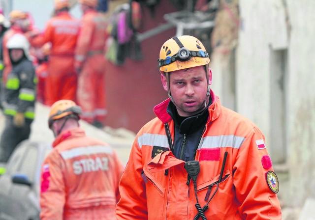 Mł. bryg. Paweł Kaliński na miejscu akcji ratowniczej po katastrofie w Świebodzicach