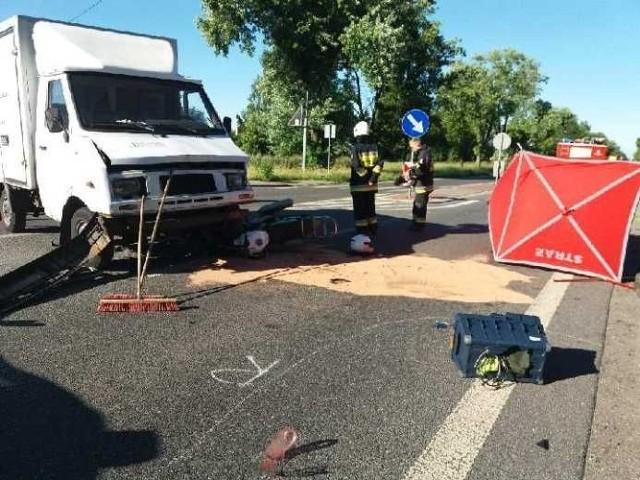 Wypadek miał miejsce w miejscowości Dobroń Duży po godz. 5 rano. Jak informują strażacy, doszło tam do zderzenia skutera i samochodu dostawczego wiozącego pieczywo.CZYTAJ DALEJ NA KOLEJNYM SLAJDZIE