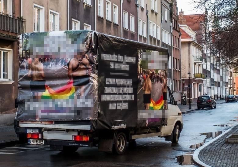 Hasła i golasy z homofobicznej furgonetki zakazane przez sąd