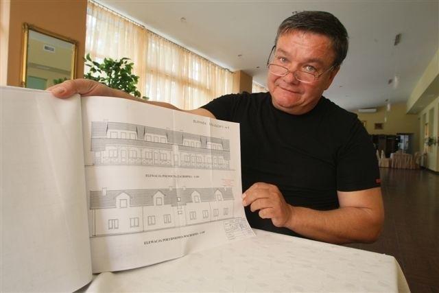 Sławomir Pomiankowski, właściciel restauracji Stangret w Kielcach pokazuje plany miasteczka Western City. Na poddaszu banku, saloonu i biura szeryfa zaprojektowano hotel dla gości. fot. D. Łukasik
