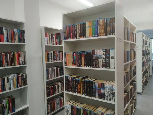 Biblioteka na ul. Grota-Roweckiego w Sosnowcu przemieniła się w Bibliotekę Tajemniczy Ogród. To przytulne, jasne miejsce, w którym wypożyczą książki mieszkańcy w każdym wieku. Zobacz kolejne zdjęcia. Przesuń zdjęcia w prawo - wciśnij strzałkę lub przycisk NASTĘPNE