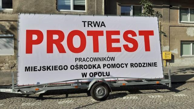 Akcja protestacyjna pracowników MOPR-u w Opolu trwa. - Chcemy godnych wynagrodzeń za naszą trudną i odpowiedzialną pracę - mówią.