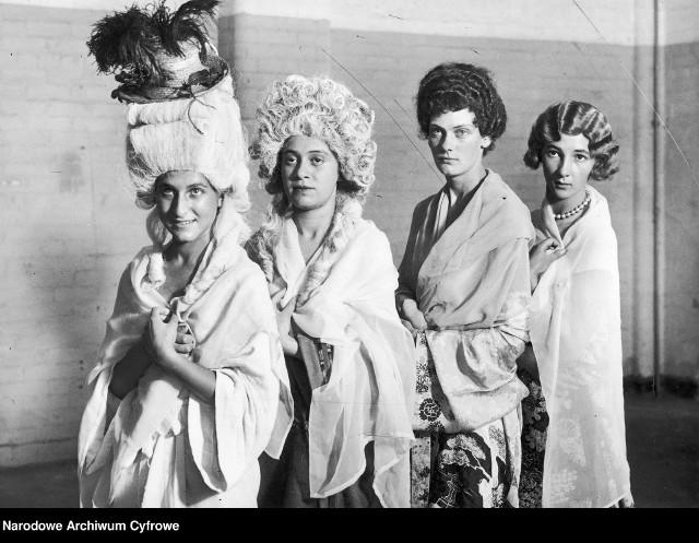 Takie fryzury nosiły modne kobiety w latach 30. ubiegłego wieku.