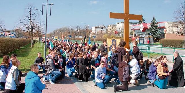 Droga krzyżowa wiodła z Gumnisk przez ulice Starodąbrowską i Słoneczną do kościoła bł. Karoliny