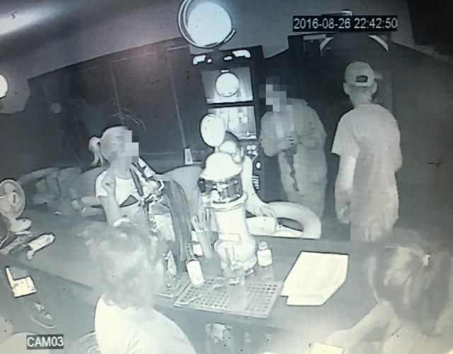 To kadr nagrania z monitoringu baru, w okolicach którego doszło do tragedii. Na zdjęciu widać 18-latka w zakrwawionej koszulce. Trzyma się za krwawiącą klatkę piersiową