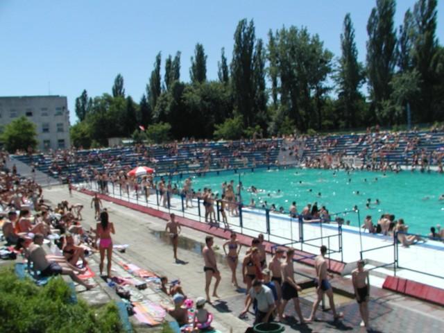 W upalne dni łodzianie zawsze korzystali ze znajdujących się w ich mieście basenów. Panująca pandemia sprawiła, że nie ma na nich wielkiego tłoku. Przypomnijmy sobie łódzkie baseny i kąpieliska.Czytaj, zobacz ZDJĘCIA na kolejnych slajdach