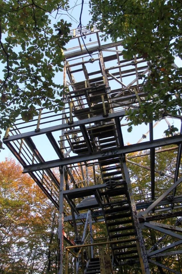 Z wieży widokowej pozostał już tylko metalowy szkielet