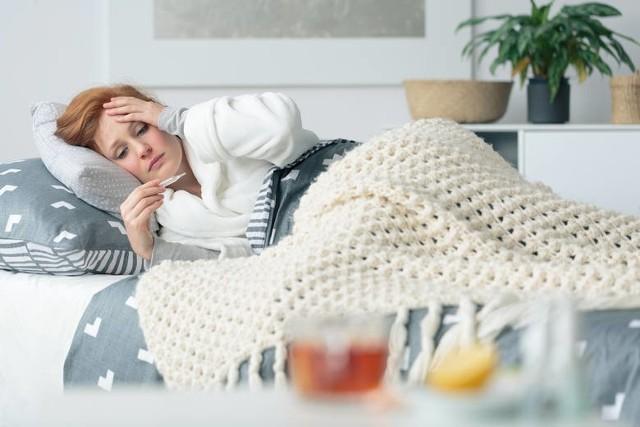 Infekcja koronawirusem przebiega na tyle różnych sposobów. Dodatkowo łagodne symptomy mogą nagle przybrać szybko na sile. Jeżeli dodatkowo stanie się to w weekend to trzeba sobie jakoś z tym poradzić. Dlatego warto mieć w domu kilka przydatnych i sprawdzonych leków przeciw początkowej infekcji Covid-19. Sprawdźcie, jakie to leki!WIĘCEJ NA KOLEJNYCH STRONACH>>>