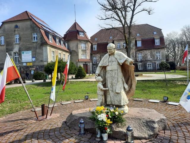 Franciszkanie uratowali zabytek przed ruiną. Utworzyli tu szkołę świetnie działającą.