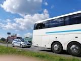 Brzesko. Pasażer wyskoczył z autobusu w czasie jazdy, myślał że pojazd jedzie w złym kierunku [ZDJĘCIA]