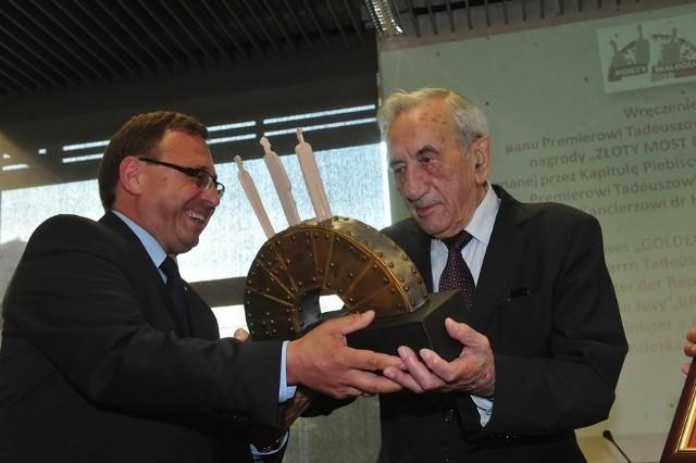 Laureatem Złotych Mostów Dialogu był m.in. premier Tadeusz Mazowiecki. Na zdjęciu wręcza mu nagrodę poseł Ryszard Galla.