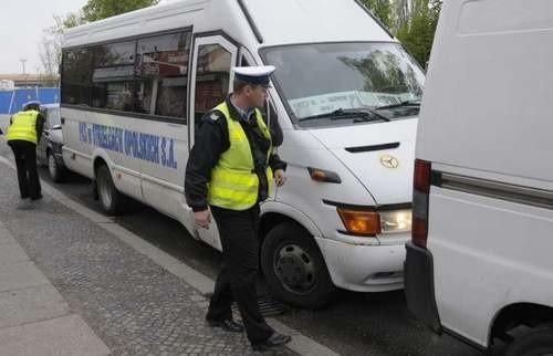 Tak było w czwartek na przystanku przy ul. Armii Krajowej w Opolu. Bus z PKS Strzelce Opolskie został zablokowany przez samochody właścicieli Luzu. Policjanci ukarali kierowcę PKS mandatem.