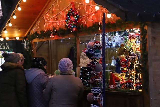 Od 5 do 8 grudnia potrwa tegoroczna, IV już edycja usteckiego jarmarku bożonarodzeniowego. Tym razem chętni mogą nabyć wyroby rzemieślnicze, domowe miody czy nalewki w 20 straganach zlokalizowanych na placu Dąbrowskiego. Na sobotę 7 grudnia zaplanowano tam również miejską imprezę mikołajkową. Zapraszamy do galerii zdjęć.