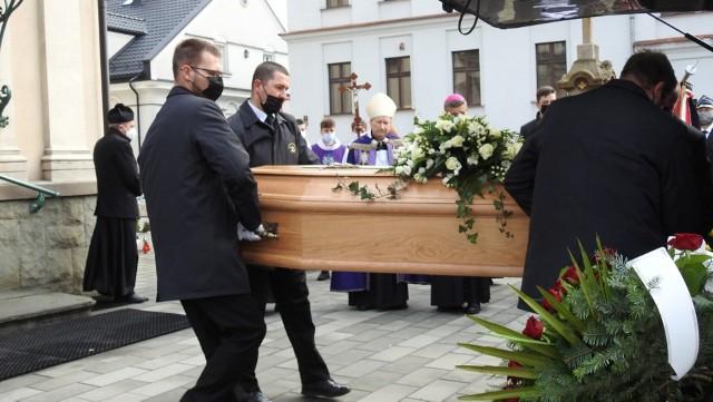 Pogrzeb ks. Jana Sopickiego. Zasłużony kapłan spoczął na parafialnym cmentarzu w parafii Opatrzności Bożej.Zobacz kolejne zdjęcia. Przesuwaj zdjęcia w prawo - naciśnij strzałkę lub przycisk NASTĘPNE