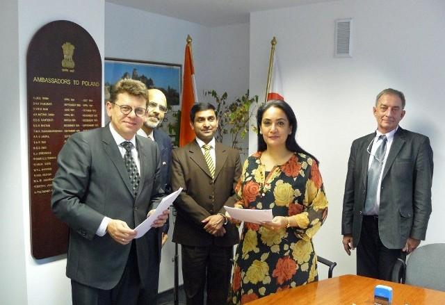 Kontrakt z prezesem Dorbudu Tomaszem Tworkiem podpisał ambasador Indii w Polsce – Jej Ekscelencja Panią Monika Kapil Mohta.