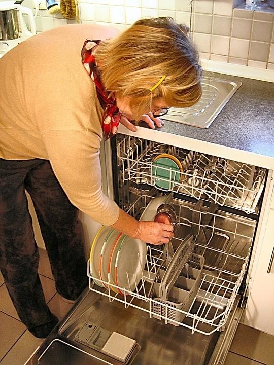 Zmywarka do naczyńZmywarka umyje nam dokładnie naczynia oraz sztućce,  pod warunkiem, że je odpowiednio ułożymy na półkach.
