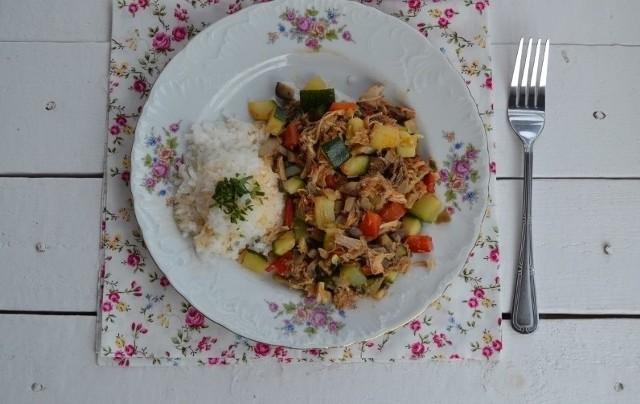 Pomysł na obiad. Potrawka z kurczaka z rosołu z warzywami.