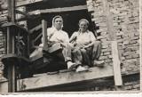 Gorlice. Pomocnikami murarzy często były kobiety.  Stawały przy betoniarkach, nosiły cegły
