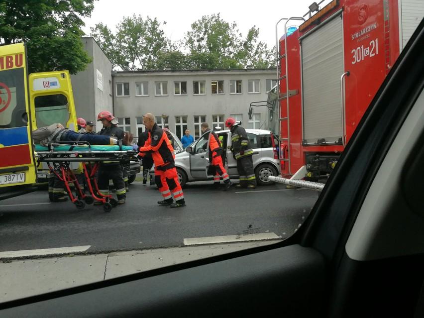 W czwartek (17 maja) przed godziną dziewiątą, na wysokości Klubu Lotnika doszło do zderzenia osobówki z autobusem. Autobus jechał pusty, ale kierowca samochodu został zakleszczony w aucie i musieli uwalniać go strażacy ze specjalistycznym sprzętem. Kierowca trafił do szpitala. Droga jest jednak ciągle zablokowana.- Do zdarzenia doszło z winy kierowcy fiata, który zmieniła pas ruchu, w wyniku czego został uderzony przez autobus, a potem sam uderzył w poprzedzającego go renault. Jeden pas ruchu w kierunku centrum jest ciągle zablokowany - wyjaśnia kom. Przemysław Słomski z zespołu prasowego KWP w Bydgoszczy. Pogoda na piątek, 18 maja