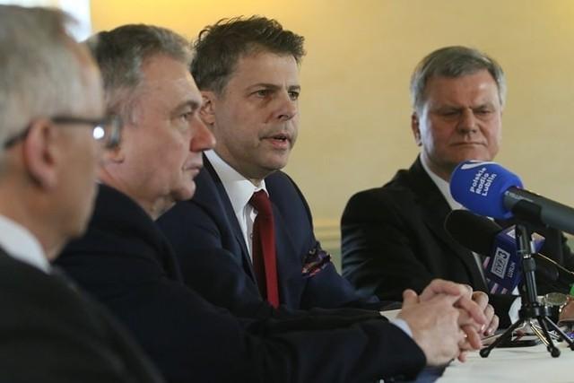 Mirosław Piotrowski (drugi z prawej) podczas sobotniej konferencji prasowej