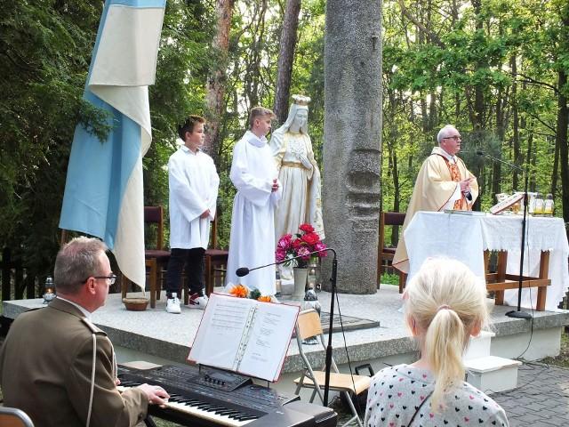 Rok temu mszę świętą na płycie pomnika pomordowanych odprawił ksiądz kanonik Zbigniew Stanios, kustosz sanktuarium w Kałkowie
