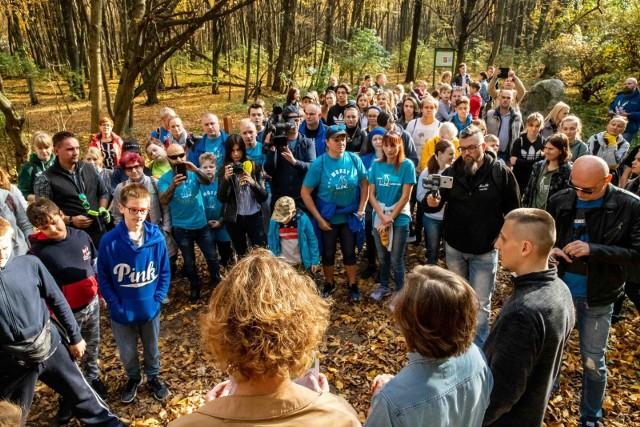 Dzięki mediom społecznościowym, około stu białostoczan w różnym wieku spotkało się w sobotnie południe w Lesie Zwierzynieckim. Przez dwie godziny zbierali szpecące las śmieci.